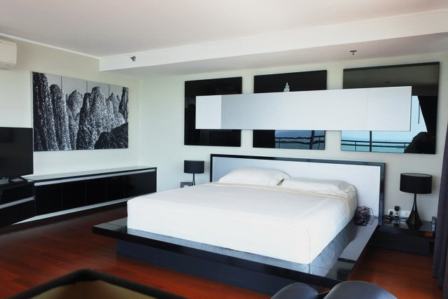 Condominium for sale Pattaya Northshore showing the master bedroom suite