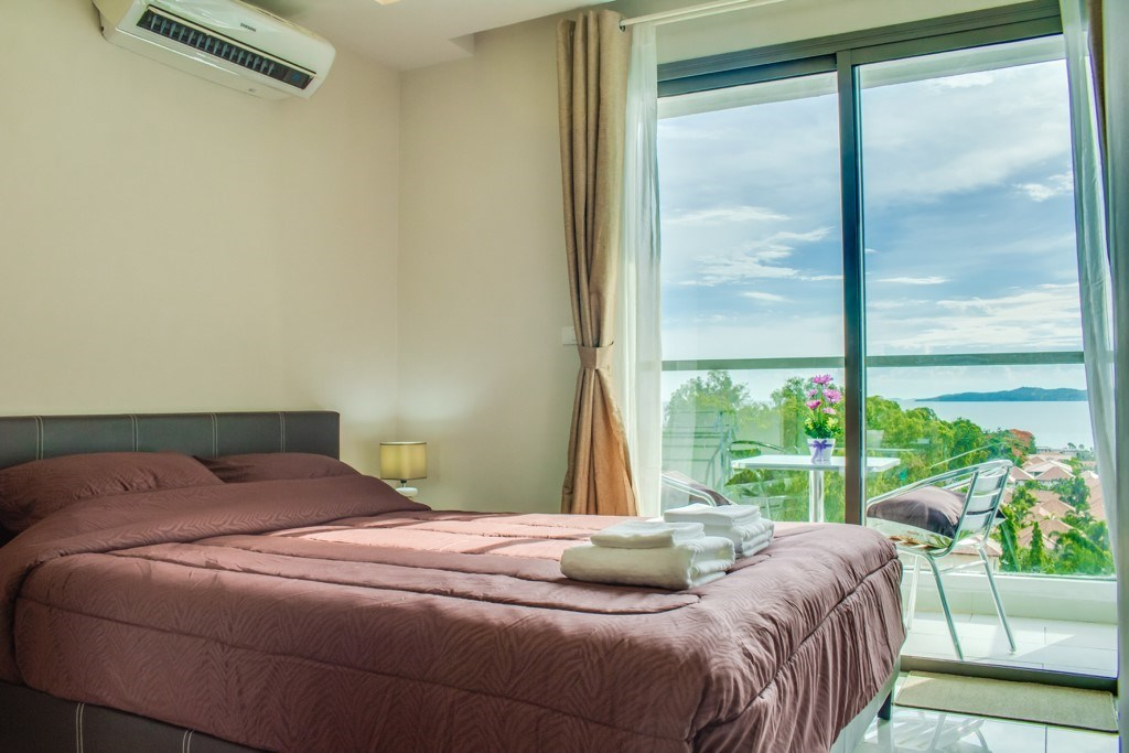Condominium for sale Pratumnak Hill Pattaya showing the bedroom and balcony