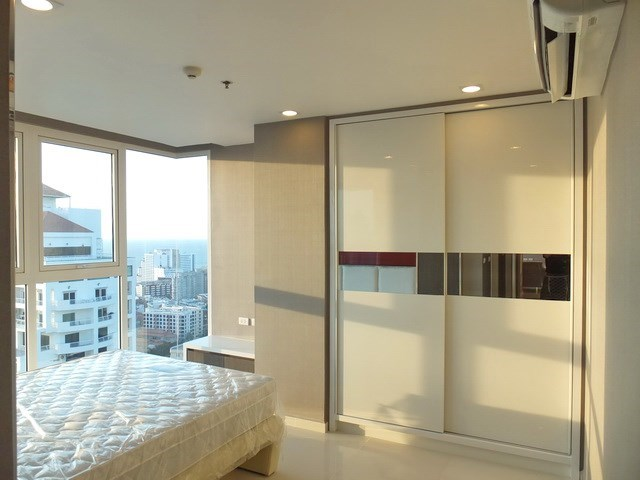 Condominium for sale Pratumnak Hill Pattaya showing the master bedroom with built-in wardrobes