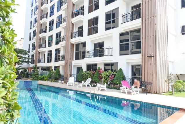 Condominium for sale Pratumnak Hill Pattaya showing the pool and condo building