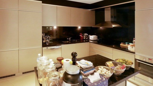 Condominium for sale The Cove Wongamat showing the kitchen