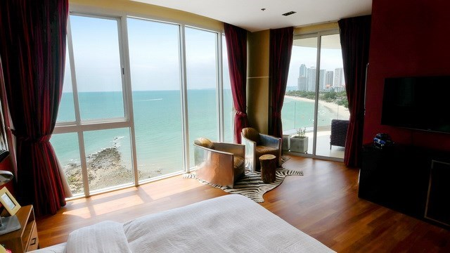 Condominium for sale The Cove Wongamat showing the master bedroom suite