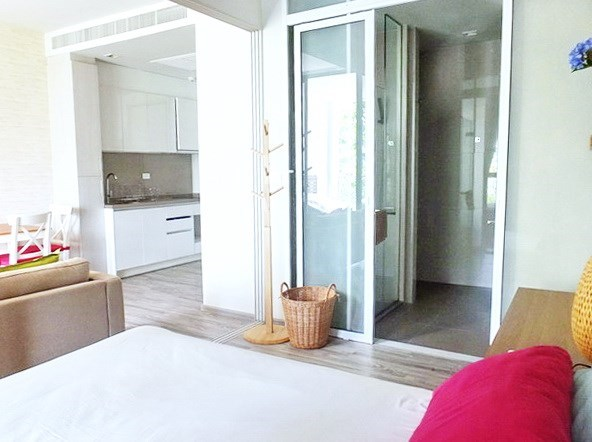 Condominium for sale Wong Amat Pattaya showing the bedroom suite