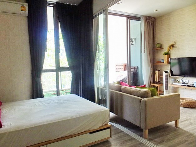 Condominium for sale Wong Amat Pattaya showing the sleeping and living areas