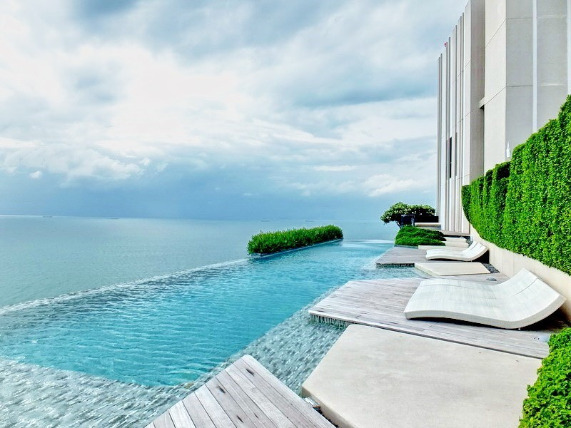 Condominium for sale Wong Amat Pattaya showing the rooftop communal pool