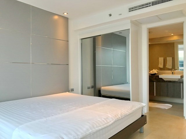 Condominium for sale Central Pattaya showing the bedroom and built-in wardrobes