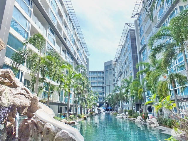 Condominium for sale Central Pattaya showing the communal swimming pool