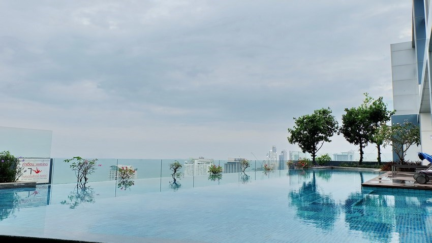 Condominium for sale Central Pattaya showing the roof top swimming pool