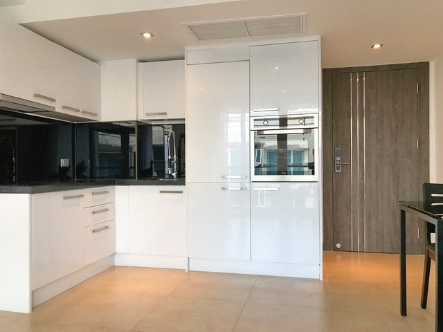 Condominium for sale Central Pattaya showing the dining and kitchen areas