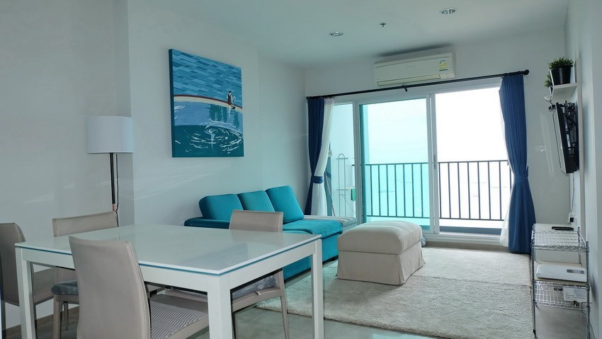 Condominium for sale Central Pattaya showing the dining, living and balcony