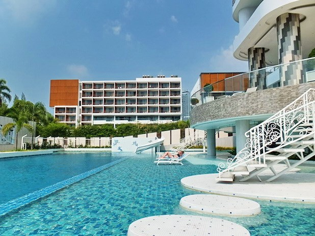Condominium for sale Na Jomtien showing the communal swimming pool