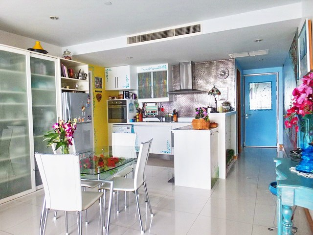 Condominium for sale Na Jomtien showing the dining, kitchen and entrance