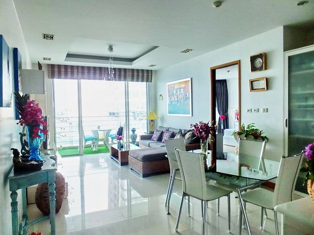Condominium for sale Na Jomtien showing the living, dining areas and balcony