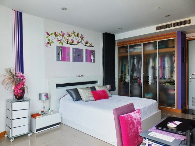 Condominium for sale Na Jomtien showing the master bedroom suite