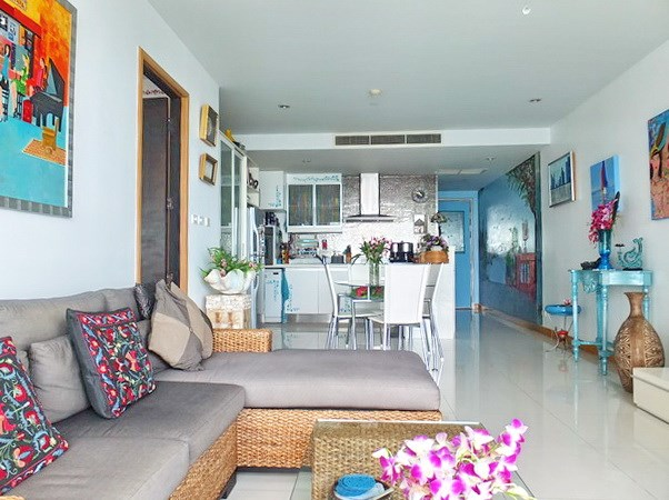 Condominium for sale Na Jomtien showing the open plan concept