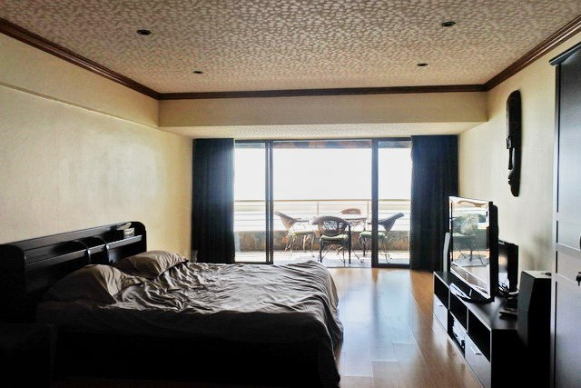 Condominium for sale Jomtien Pattaya showing the master bedroom