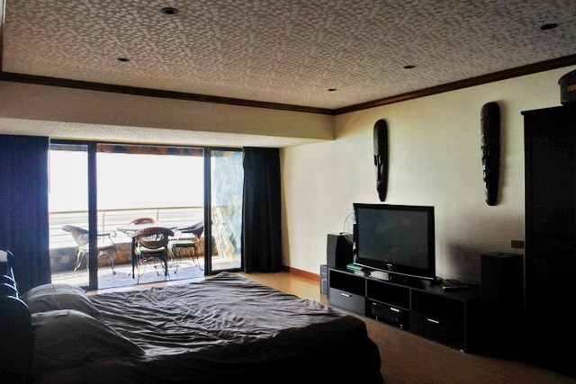 Condominium for sale Jomtien Pattaya showing the master bedroom and balcony