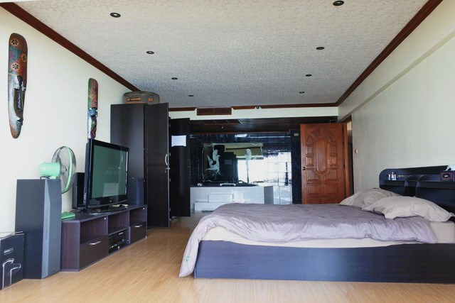 Condominium for sale Jomtien Pattaya showing the master bedroom suite