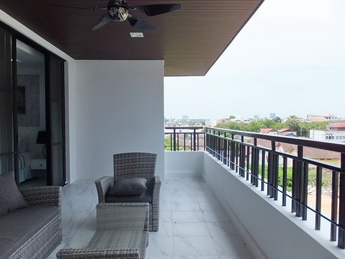 Condominium for sale Central Pattaya showing the large balcony