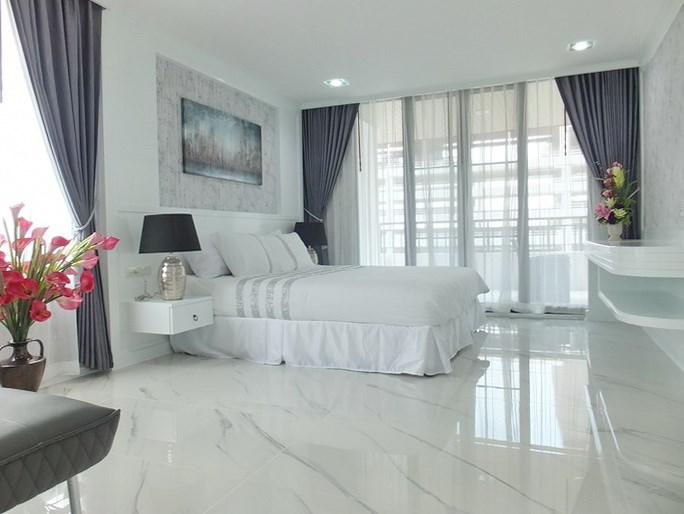 Condominium for sale Central Pattaya showing the bedroom and balcony