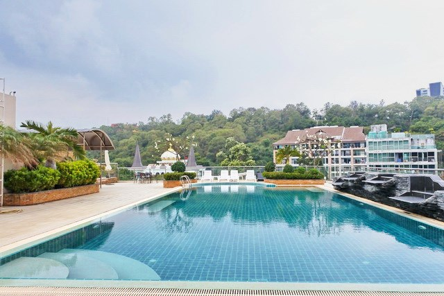 Condominium for sale Pattaya showing the rooftop swimming pool