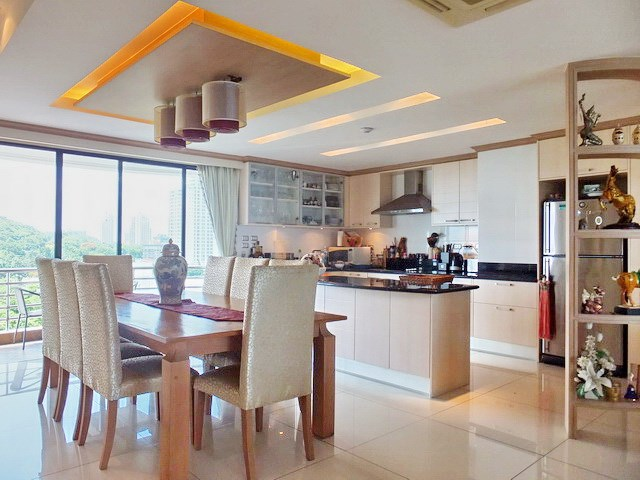 Condominium for Sale Pratumnak Hill showing the dining and kitchen areas