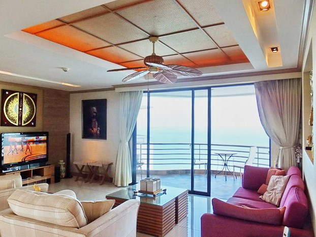 Condominium for Sale Pratumnak Hill showing the living room