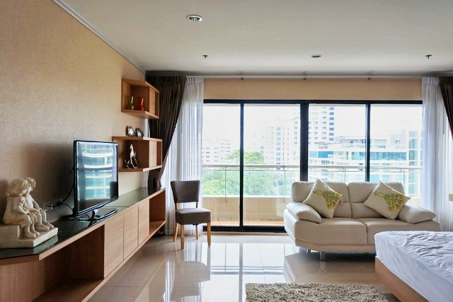 Condominium for sale Pratumnak Pattaya showing the master bedroom suite