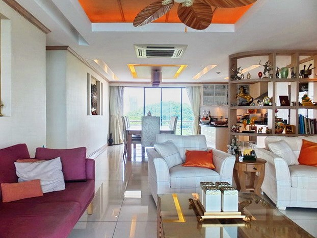 Condominium for Sale Pratumnak Hill showing the open plan living area