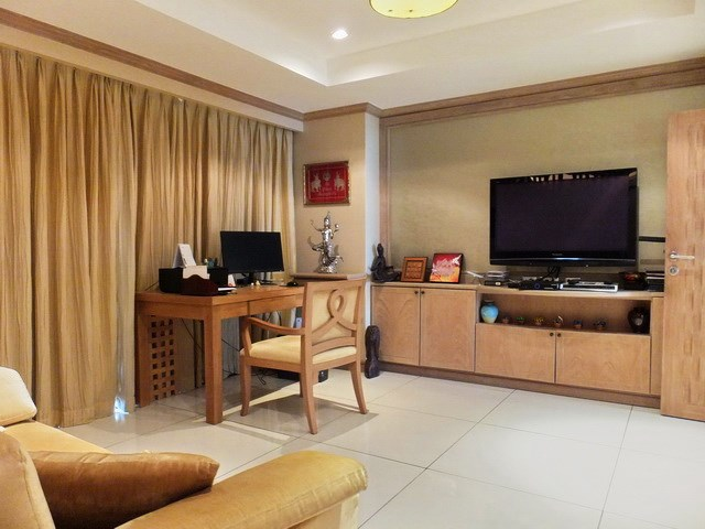 Condominium for Sale Pratumnak Hill showing the master bedroom lounge area