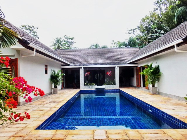 House for rent Pattaya showing the house and private swimming pool
