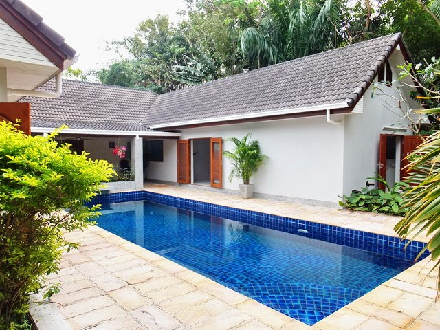 House for rent Pattaya showing the pool and house