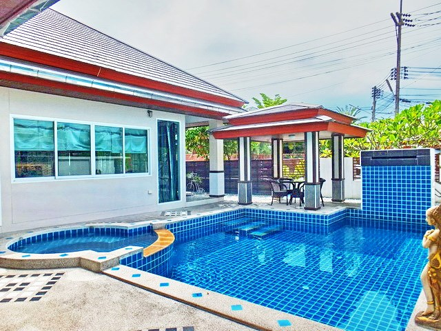 House for rent Huay Yai Pattaya showing the sala and private pool