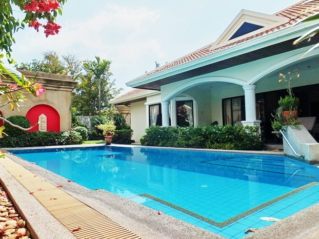 House for rent Jomtien at Jomtien Park Villas showing the house and pool