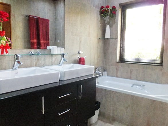 House for rent Jomtien at Jomtien Park Villas showing the bathroom with bathtub
