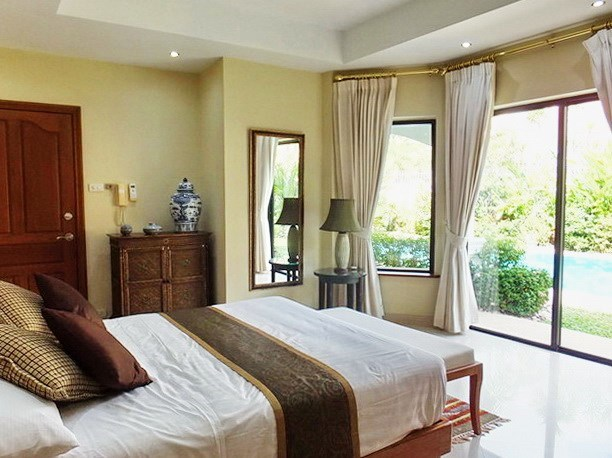 House for rent Jomtien at Jomtien Park Villas showing the second bedroom with pool view