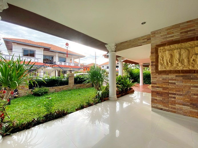 House for rent Jomtien showing the covered terrace and garden