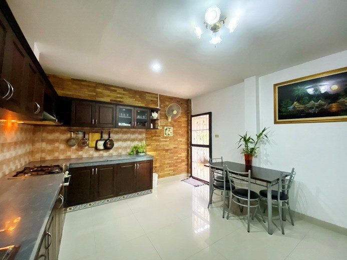 House for rent Jomtien showing the kitchen and dining areas