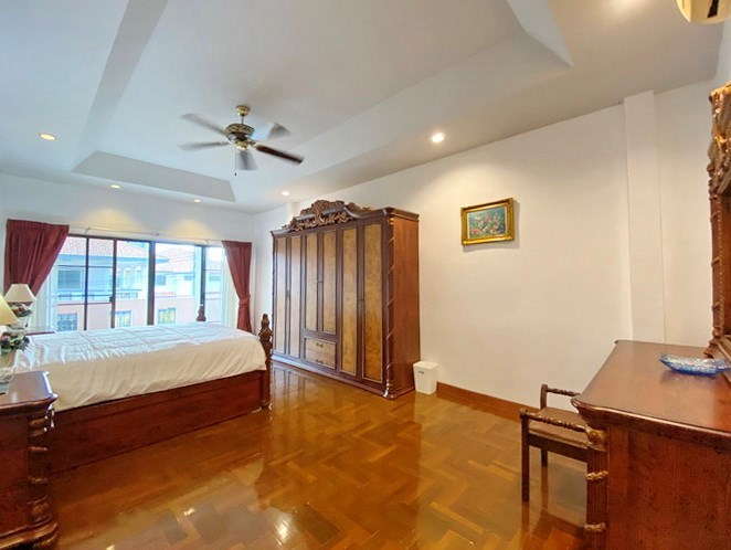 House for rent Jomtien showing the master bedroom and balcony