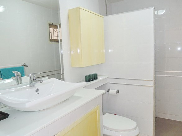 House for rent Pattaya showing the guest bathroom