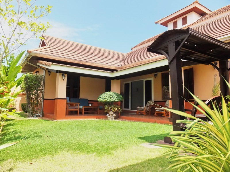 House for rent Bangsaray Pattaya showing the house and garden