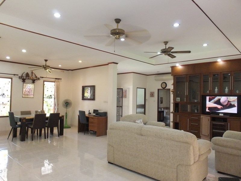 House for rent Bangsaray Pattaya showing the living and dining areas