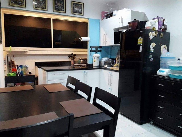 House for rent Central Pattaya showing the dining and kitchen areas