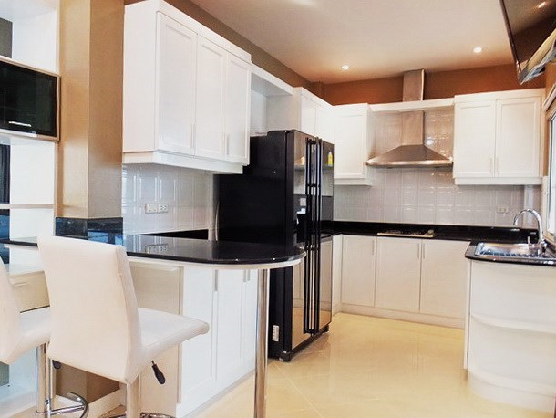 House for rent East Pattaya showing the breakfast bar and kitchen