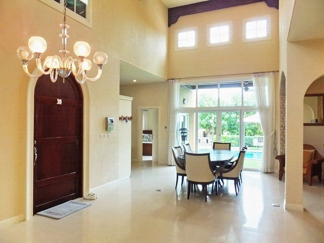 House For rent East Pattaya showing the dining area and entrance