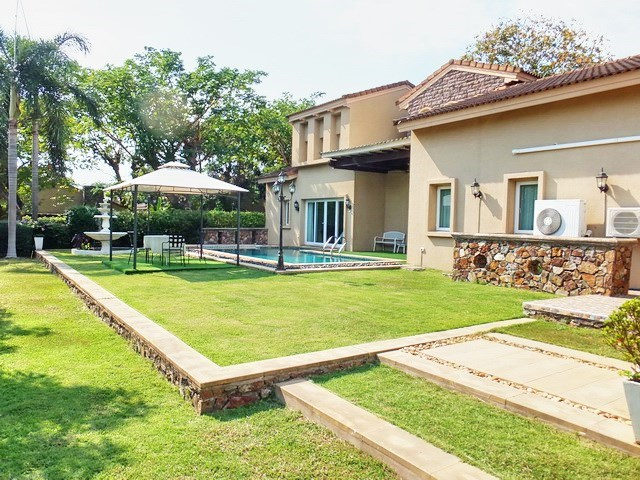 House For rent East Pattaya showing the garden and house