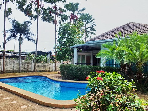 House for rent East Pattaya showing the private pool and garden