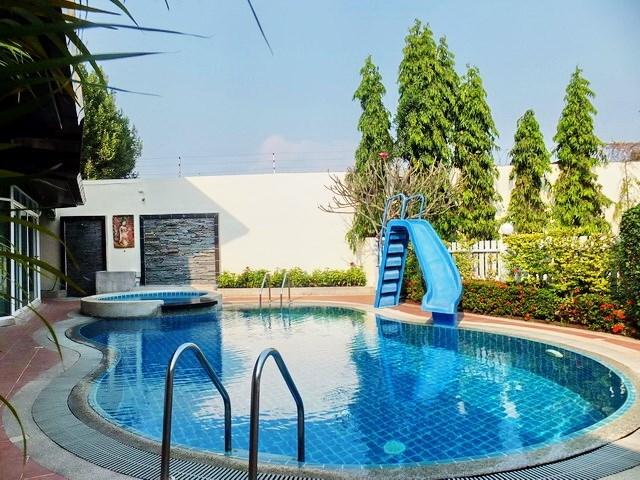 House for rent East Pattaya showing the private swimming pool