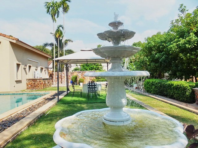 House For rent East Pattaya showing the terrace, fountain and garden