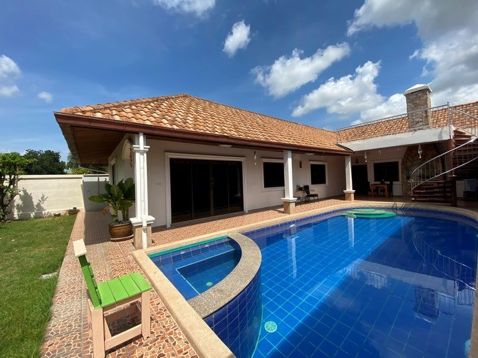 House for rent Mabprachan Pattaya showing the pool and covered terrace